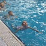 De kleuter mag afzwemmen voor A. Hallo Hatchimal!