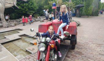 zusjes in Dinoland