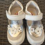 Mijlpaaltje: het eerste paar schoenen voor de dreumes.