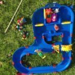 Mijn tuin lijkt wel een speeltuin (daar kan die waterbaan ook wel bij)